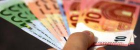 Banknoty euro w dłoni