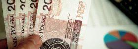 Banknoty 20 zł, w tle wykres