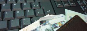 Pieniądze na klawiaturze komputera