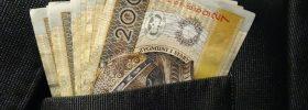 Banknoty 200zł w kieszeni